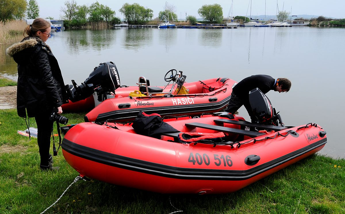 Nafukovací člun Adventure M-400 z červeného PVC materiálu HEYTex 1200 g/m2