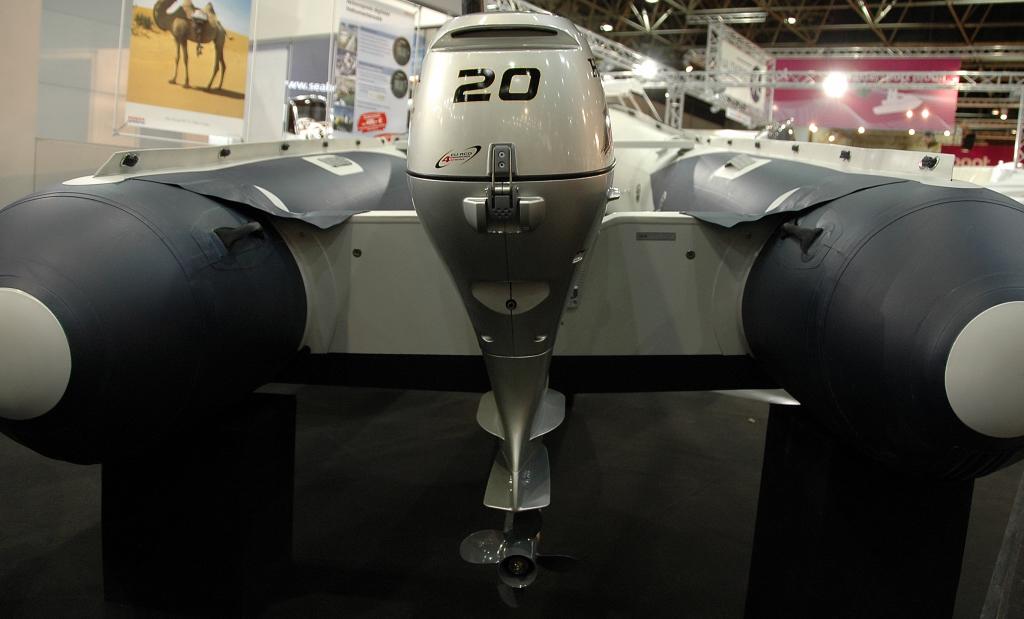 """Zrcadlo nafukovacího člunu by při použití motorů silnějších než 5 koní mělo být již standardně tvarované do """"V"""" na spodní straně. Zde HonWave ukazuje, jak moc šetří na svých člunech, když je jejich zrcadlo u 4m dlouhého člunu na spodní hraně zcela rovné."""