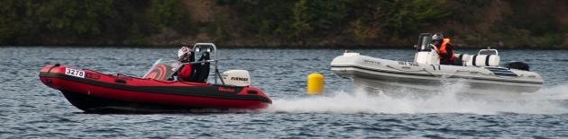 Nafukovací motorové čluny mohou jezdit pekelně rychle a jejich ovládání může být intuitivní a jednoduché i v náročných podmínkách vlkých vln, ale člun musí být pro takové prostředí navržen. To, co od pohledu vypadá stejně, může na vodě předvádět diametrálně odlišné výkony.