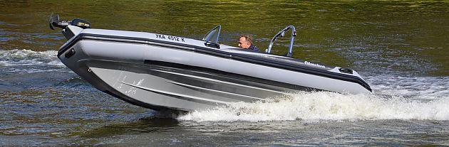 Nová architektura trupu udělala člun Adventure V-500 stabilnějším a jistějším. Již se nemusíte bát vysokých vln a nepřízně počasí, protože V-500 si s nimi hravě poradí.