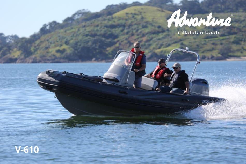 Řízení nafukovacího motorového člunu Adventure V-610 je zážitek, který si budete chtít užít každý den znovu a znovu