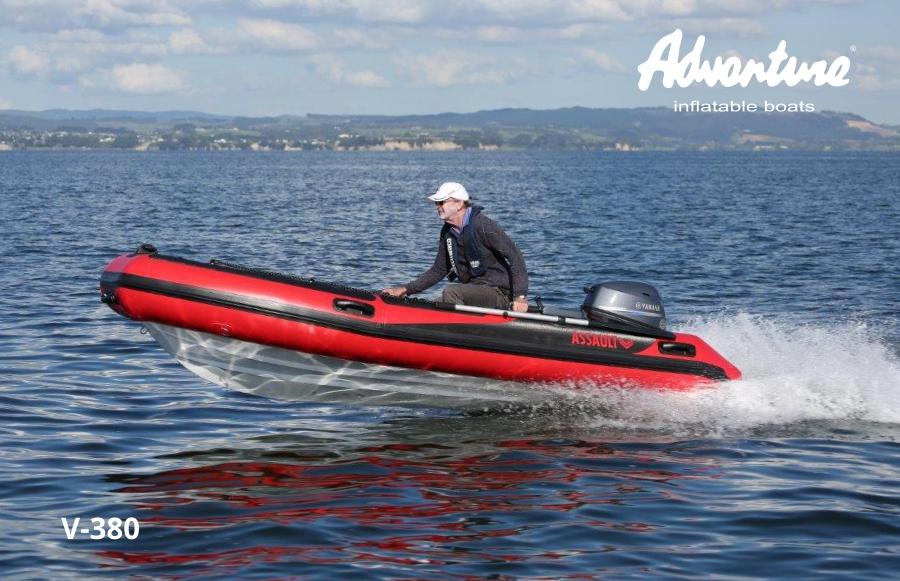 Nafukovací člun s laminátovým kýlem Adventure V-380 Open se závěsným lodním motorem o výkonu 25 koní je ideální kompaktní RIB na projížďky podél pobřeží