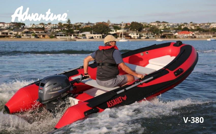 Nafukovací člun s laminátovým kýlem Adventure V-380 Open s lodním motorem o výkonu 25 koní je ideální RIB na projížďky podél pobřeží