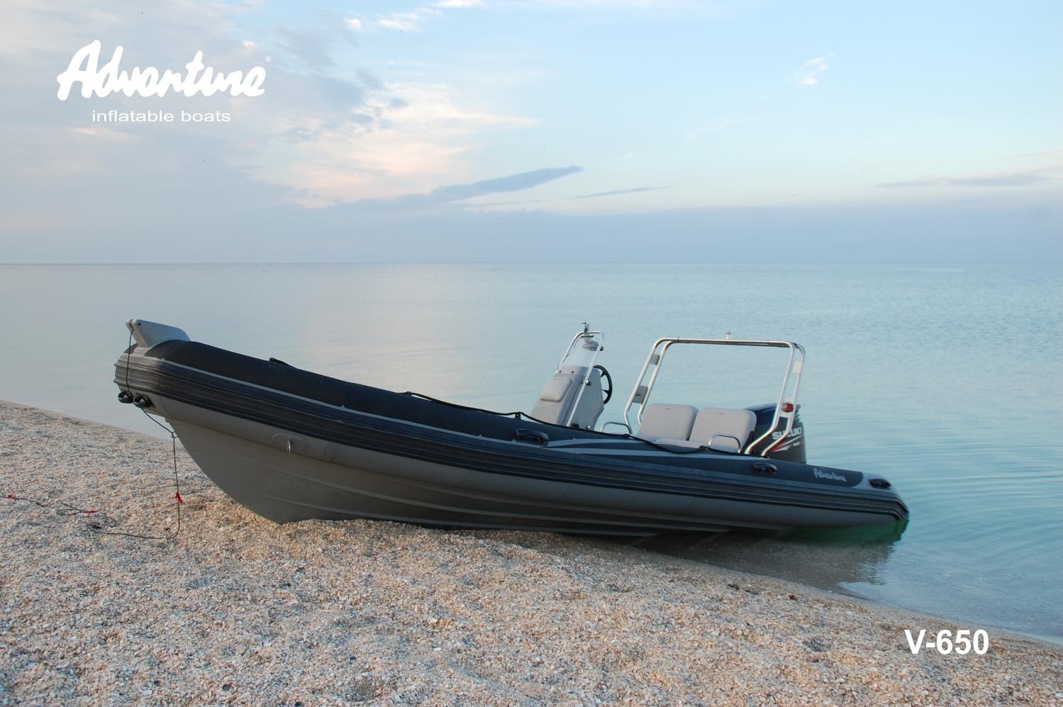 Nafukovací motorový člun Adventure V-650 může být dodán v mnoha verzích výbavy a provedení. Zde zakázkové provedení pro výcvik speciálních sil
