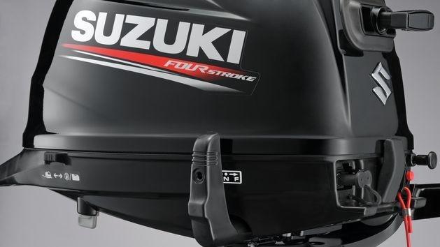 Nový vzhled a přepracovaná ergonomie ovládacích prvků lodního motoru SUZUKI marine DF5A přidávají těmto lodním motorů na hodnotě