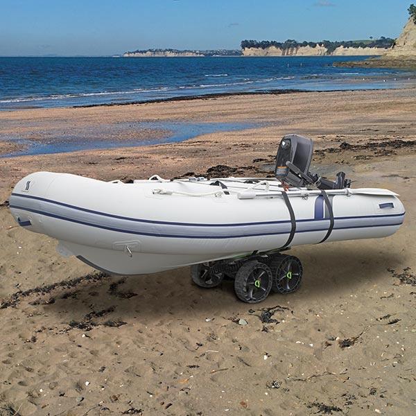 Přeprava člunu s motorem na pláži je snadné, stačí dva podvozky C-TUG