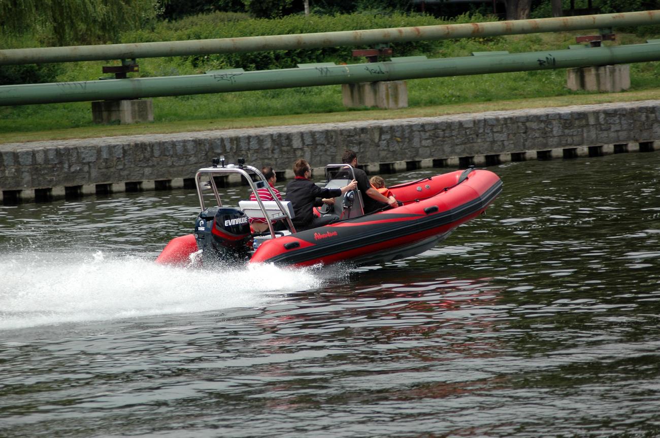 Člun s motorem: komplet RIBu Adventure V-550 Luxury s legendárním lodním motorem Mercury OPTIMAX 115 Pro XS a nerezovou vrtulí dle vlastního výběru