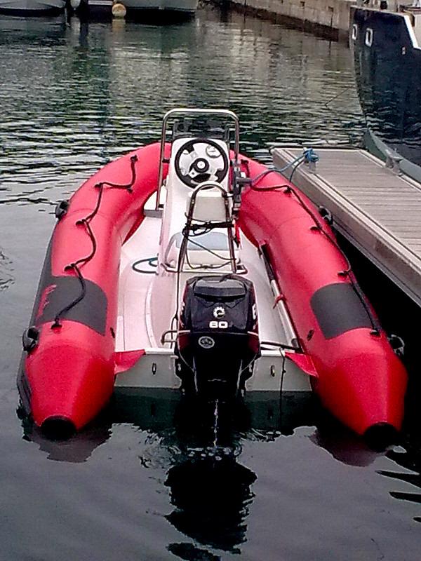 Nafukovací člun Adventure V-380 zde ve výbavě Sport v provedení Evolution
